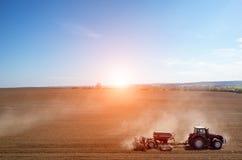Vue aérienne du coucher du soleil au-dessus du tracteur horrible le champ Photos stock