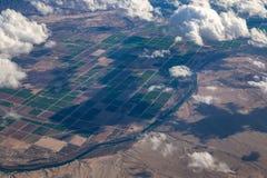 Vue aérienne du fleuve Colorado et des fermes entre l'Arizona et la Californie photos stock