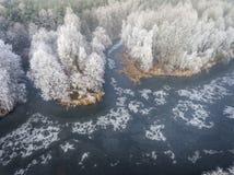Vue aérienne du fond d'hiver avec une forêt couverte de neige Photos stock