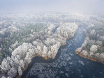 Vue aérienne du fond d'hiver avec une forêt couverte de neige Image stock