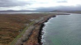 Vue aérienne du littoral par Marameelan au sud de Dungloe, comté le Donegal - Irlande banque de vidéos