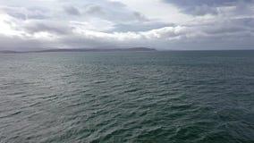 Vue aérienne du littoral par Marameelan au sud de Dungloe vers Portnoo, comté le Donegal - Irlande clips vidéos