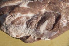Vue aérienne du morceau cru de porc sur le fond en bois Morceau de porc, de pièce de cou ou de collier sans os fraîche Grand morc Image libre de droits