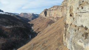 Vue aérienne du mouvement le long du mur de roche du canyon en gorge dans le Caucase Très proche de la roche dedans clips vidéos