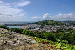 Vue aérienne du mur de Dover Castle regardant au-dessus du port de Douvres Images libres de droits