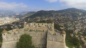 Vue aérienne du mur en pierre de la bastion antique dans le port de Menton, la Côte d'Azur banque de vidéos