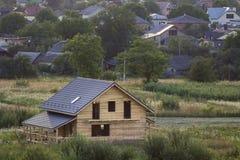 Vue aérienne du nouveau cottage traditionnel écologique en bois de maison des matériaux naturels de bois de charpente avec le pla images libres de droits