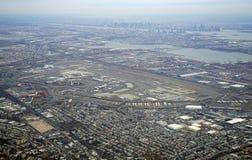 Vue aérienne du péage et de Newark Liberty International Airport de New Jersey Photographie stock libre de droits