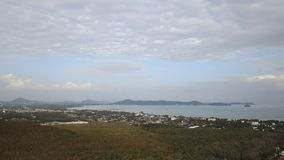 Vue aérienne du panorama aérien 4k de paysage d'île de ville de phuket de jour ensoleillé clips vidéos