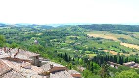 Vue aérienne du paysage accidenté vert dans le jour ensoleillé du point de vue à une ville médiévale de sommet de Montepulciano banque de vidéos