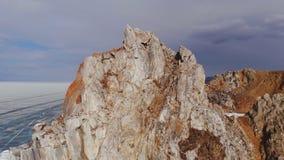 Vue aérienne du paysage d'hiver des montagnes rocheuses sur le lac Baïkal banque de vidéos