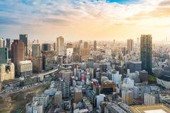 Vue aérienne du paysage urbain d'horizon d'Osaka au coucher du soleil, Japon Images stock