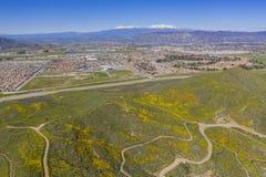 Vue aérienne du paysage urbain de Hemet et de la fleur de fleur sauvage images stock