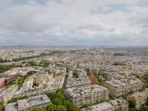 Vue aérienne du paysage urbain de Paris, avec des bâtiments allant à un horizon nuageux Photographie stock libre de droits