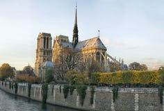 Vue aérienne du paysage urbain de Paris avec Notre Damm au coucher du soleil dans les Frances Image stock