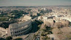 Vue aérienne du paysage urbain romain impliquant l'amphithéâtre célèbre de Colosseum, Italie banque de vidéos