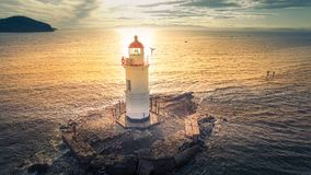 Vue aérienne du phare au cap Egersheld dans Vladivostok photos stock