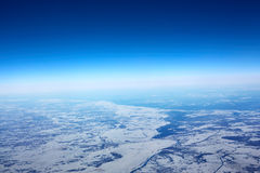 Vue aérienne du plan de l'hiver de la Sibérie Photos stock