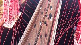 Vue aérienne du point de repère iconique qui est le pont pittoresque qui traverse la rivière de Moscou à Moscou Vue en gros plan  banque de vidéos