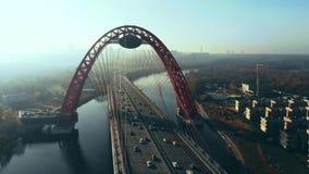 Vue aérienne du point de repère iconique qui est le pont pittoresque qui traverse la rivière de Moscou à Moscou Les voitures traf clips vidéos