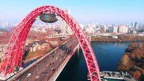 Vue aérienne du point de repère iconique qui est le pont pittoresque qui traverse la rivière de Moscou à Moscou Les voitures traf banque de vidéos