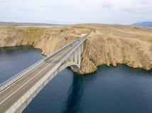 Vue aérienne du pont de l'île du PAG, de la Croatie, des routes et de la falaise croate de côte donnant sur la mer Images stock