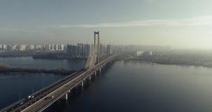 Vue aérienne du pont du sud Vue aérienne de couvre-câbles du sud de souterrain Kiev, Ukraine banque de vidéos