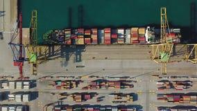 Vue aérienne du port commercial de Valence Terminal et bateau de récipient pendant le chargement banque de vidéos