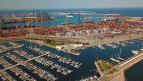Vue aérienne du port commercial et de la marina avec des yachts à Valence Terminal et bateau de récipient pendant le chargement clips vidéos