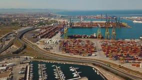 Vue aérienne du port commercial et de la marina avec des yachts à Valence Terminal et bateau de récipient pendant le chargement banque de vidéos
