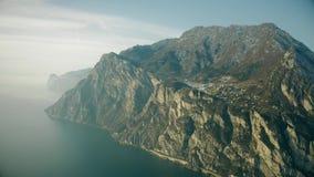 Vue aérienne du rivage montagneux du policier de lac un jour brumeux, Italie photos stock