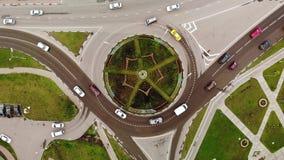 Vue aérienne du rond point d'automobile avec des fleurs au centre banque de vidéos