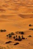 Vue aérienne du Sahara et de camp bédouin, Maroc