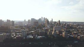 Vue aérienne du secteur de Brooklyn à New York, Amérique sur le coucher du soleil Bourdon volant au-dessus de la route du trafic banque de vidéos