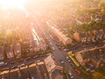 Vue aérienne du soleil plaçant au-dessus de l'les routes croisées dans une banlieue BRITANNIQUE traditionnelle Images libres de droits