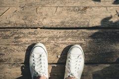 Vue aérienne du support blanc de chaussure de toile d'espadrilles sur le vieil OE grunge Image stock