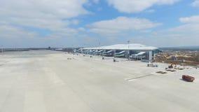 Vue aérienne du terminal d'aéroport international moderne Déplacement autour du monde Antenne vide d'aéroport Vue de Photos libres de droits