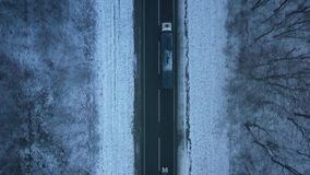 Vue aérienne du trafic sur la route passant par la forêt d'hiver en hiver banque de vidéos