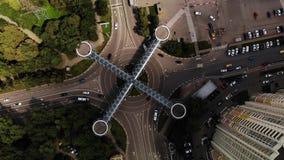 Vue aérienne du trafic sur le rond point avec le passage piéton piétonnier d'architecture gentille au-dessus du ressembler d'inte clips vidéos