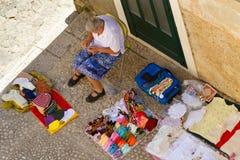Vue aérienne du tricotage de femme plus âgée image stock