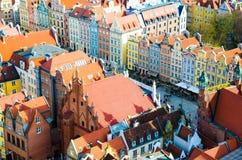 Vue aérienne du vieux centre de ville historique, bâtiments de maisons multicolores colorés typiques de façades à la rue de march photos libres de droits