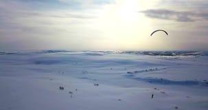 Vue aérienne du vol de l'homme avec le cerf-volant dans la toundra banque de vidéos