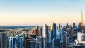 Vue aérienne fantastique au-dessus des gratte-ciel de Dubaï fond plus de ma course de portefeuille photos stock