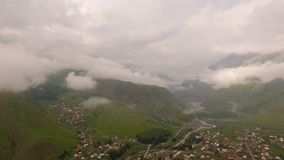 Vue aérienne fantastique des montagnes Kazbegi, Stepantsminda clips vidéos