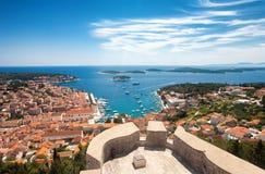 Vue aérienne grande-angulaire de ville de Hvar et de la baie de l'Espagnol Image libre de droits
