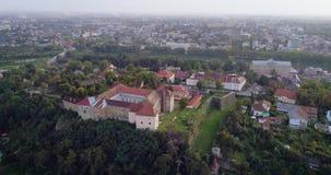 Vue aérienne incroyable du château d'Uzhhorod, Ukraine banque de vidéos