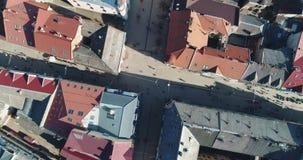 Vue aérienne : Le chariot a tiré du centre de la ville Uzhgorod clips vidéos