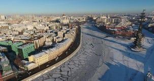 Vue aérienne le jour ensoleillé sur la rivière congelée de Moscou, hiver, Peter 1 DCI 4K banque de vidéos