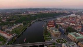 Vue aérienne le long de rivière de Vltava pendant l'été Prague, République Tchèque banque de vidéos