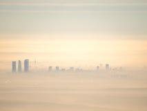 Vue aérienne lointaine de ville de Madrid avec le brouillard pendant le matin Images stock